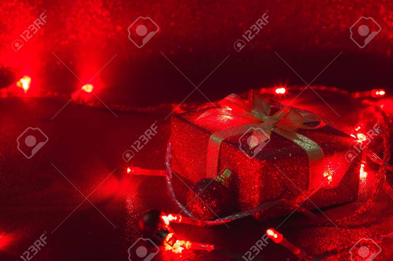 Weihnachtsgeschenkkasten Und Rote Glühbirne Auf Funkelten ...