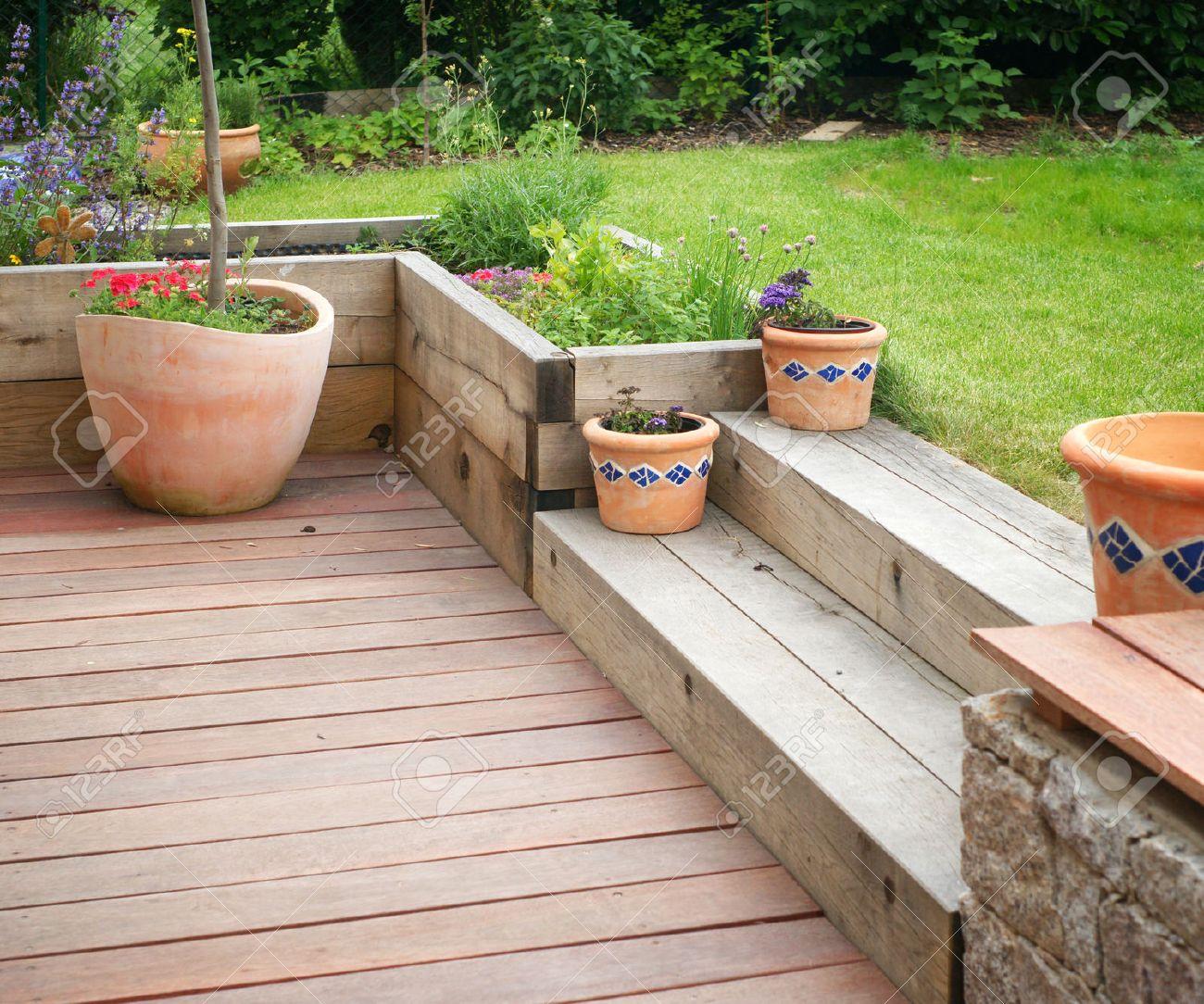 Garten Mit Terrasse Detail Mit Holzstufen Und Blumen In Blumentopfen