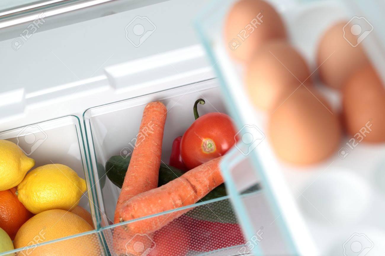 Kühlschrank Ei : Obst und gemüse in zwei behältern in einem modernen kühlschrank
