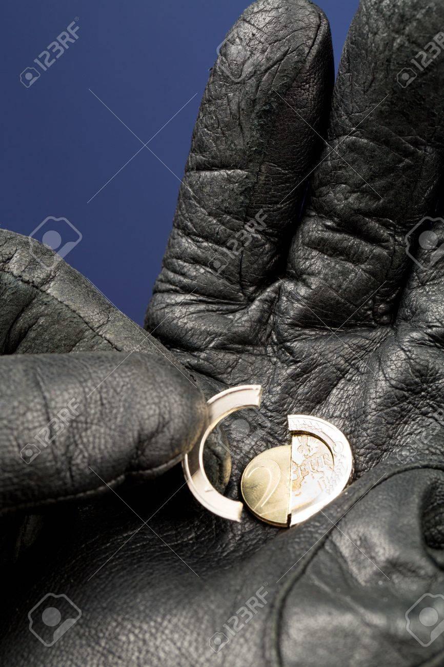 Ein Gebrochener Münze 2 Euro In Einer Hand Mit Leder Handschuh