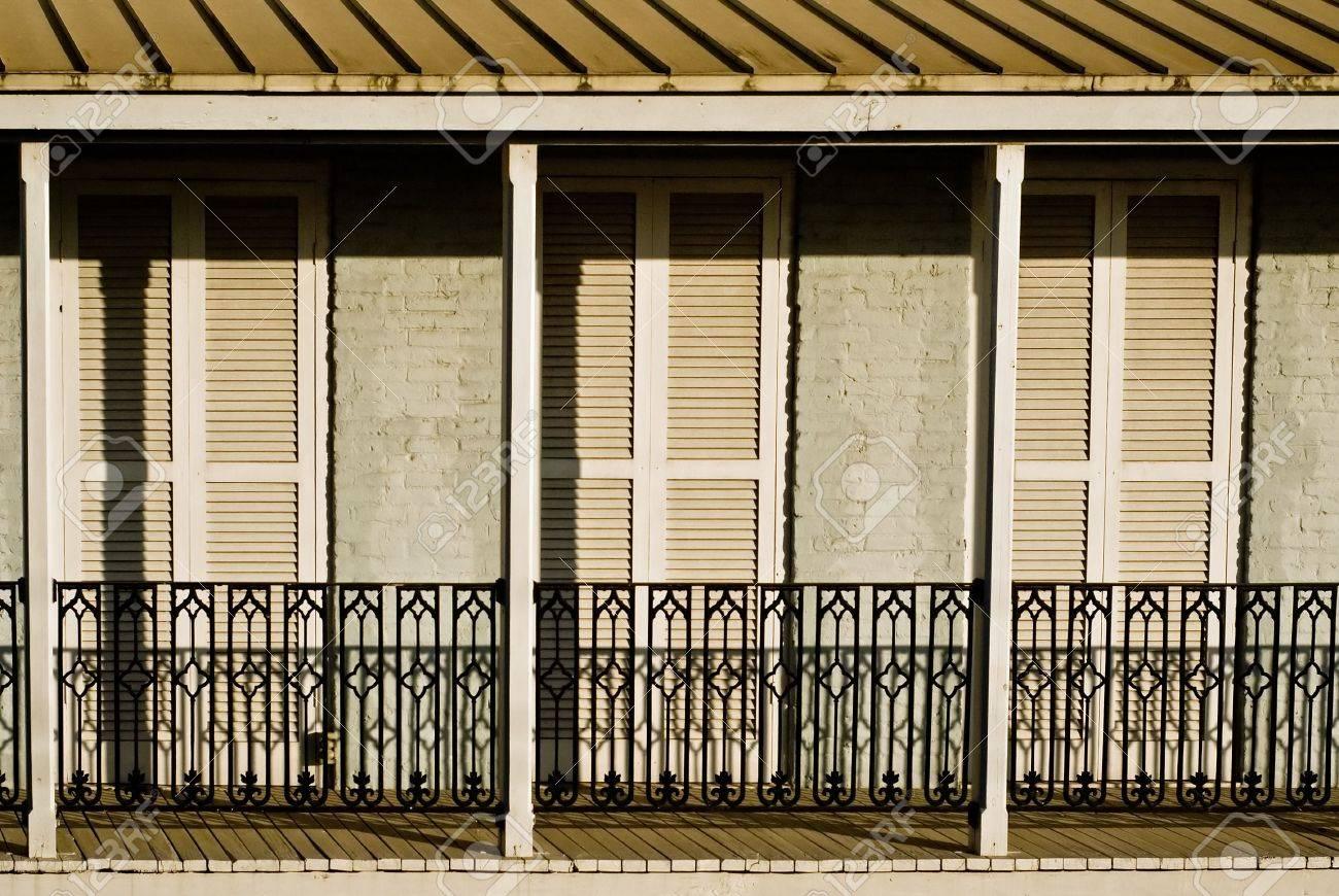 Une Terrasse Ensoleillee Avec Grilles Metalliques Decoratifs Et De