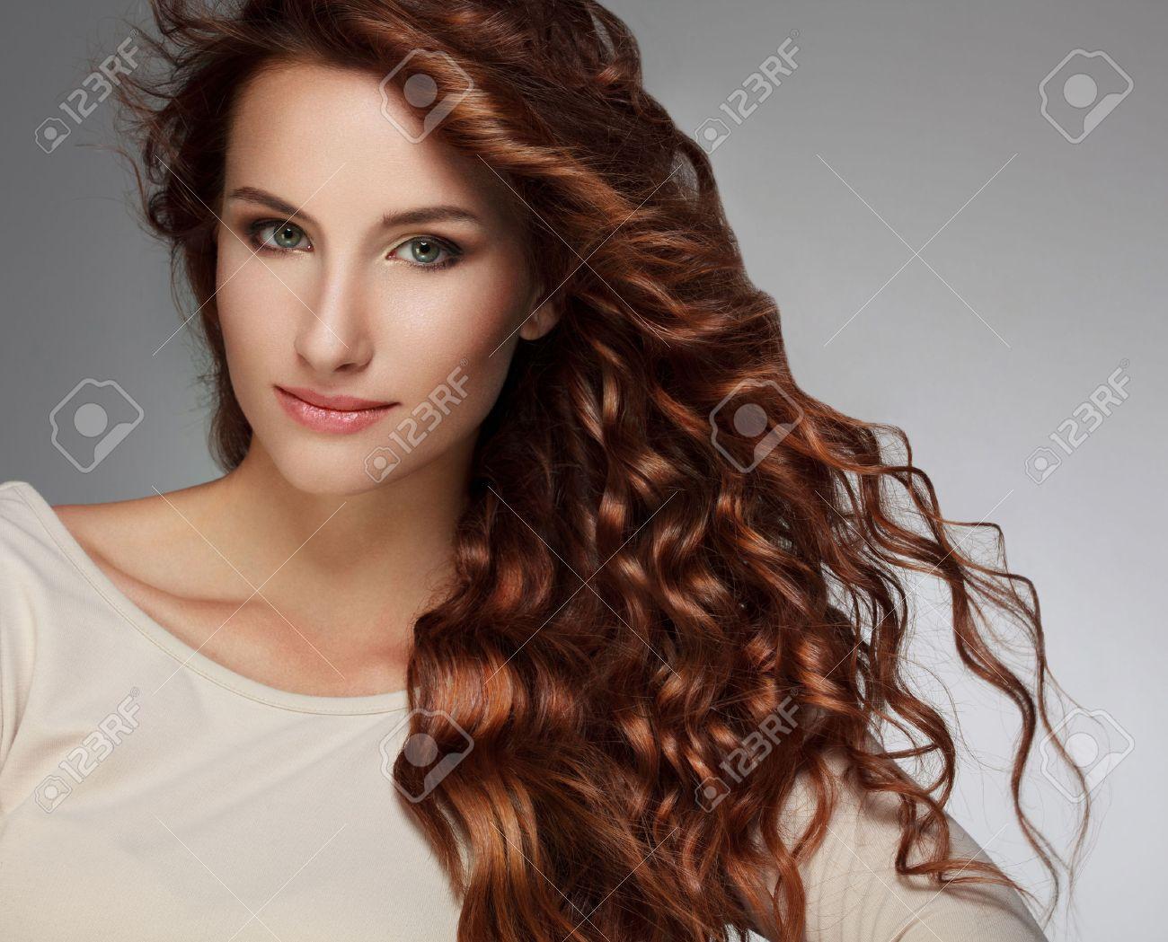 mujer hermosa con el pelo rizado largo foto de archivo