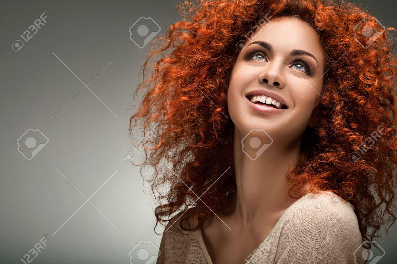 cabello rojo mujer hermosa con el pelo rizado largo foto de archivo