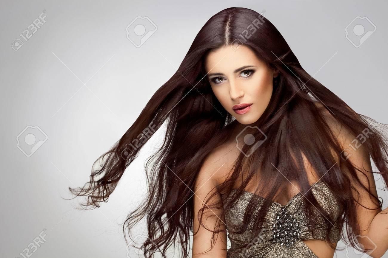Archivio Fotografico - Capelli Lunghi. Ritratto di bella donna con lunghi  capelli castani. Buona ritocco qualità. a316bb18d8ef