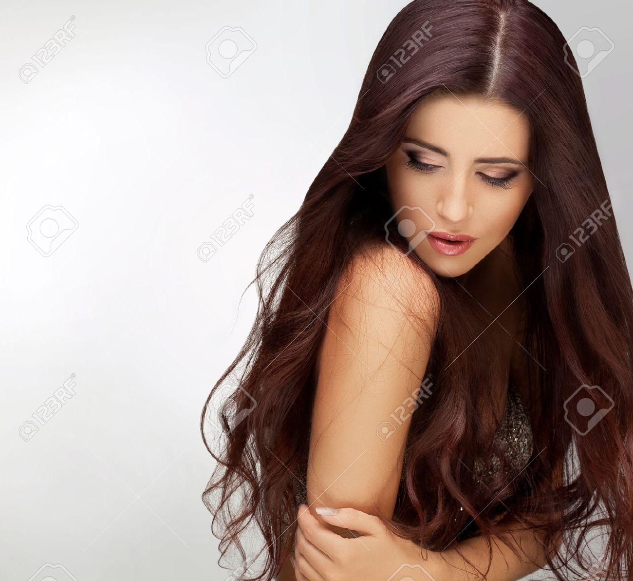 foto de archivo pelo largo retrato de la mujer hermosa con el pelo largo de brown bueno retoque calidad