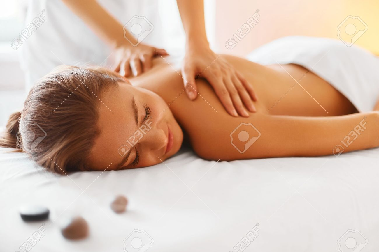 Spa Woman. Female Enjoying Relaxing Back Massage In Cosmetology Spa Centre. Body Care, Skin Care, Wellness, Wellbeing, Beauty Treatment Concept. - 46406233