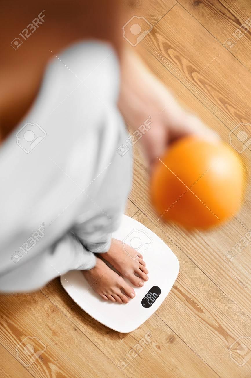 Gesundes Essen. Weibliche Füße, Die Auf Ebene. Frau Messung ...