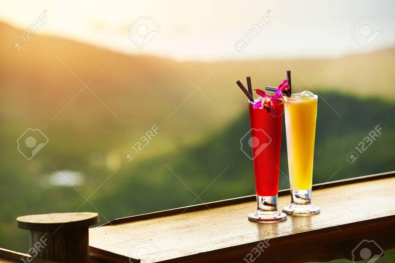 Getränke. Close Up Exotische Cocktails In Hohen Gläsern Mit ...
