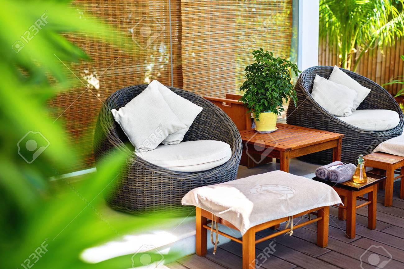 Salon de massage spa. Image des chaises Rohtang et des meubles élégants sur  la terrasse du jardin du centre de santé et de beauté de luxe en Asie. ...