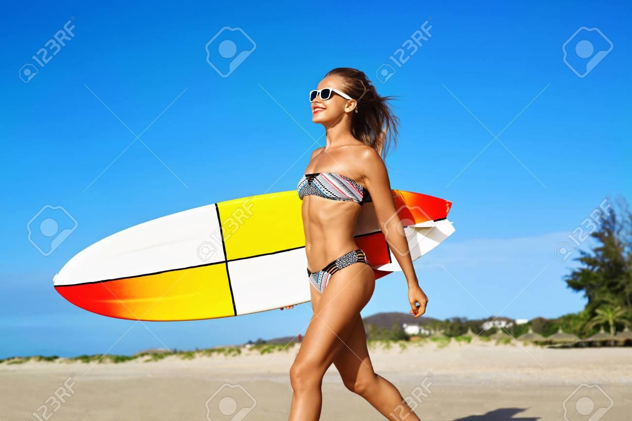 0cbe19db897b Estilo de vida activo saludable. Surf. Deportes acuáticos. Mujer hermosa  Surfer atlética con ajuste atractivo cuerpo en bikini con tabla de surf con  ...