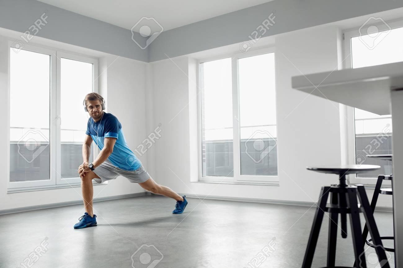 Mann Fitness Übung. Hübscher Athletischer Mann, Der Körper Vor Dem ...