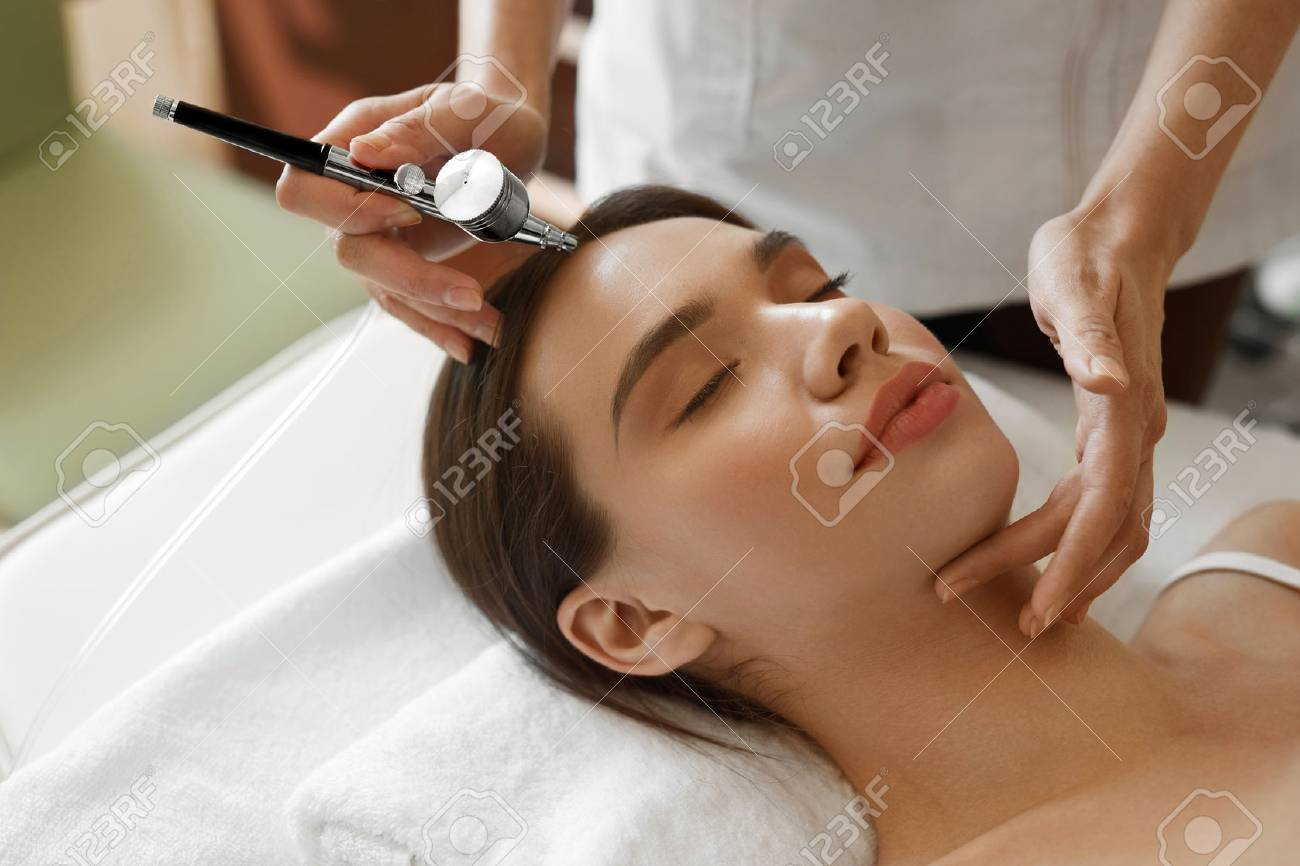 Facial Beauty Treatment. Closeup Of Beautiful Woman Getting Oxygen ...