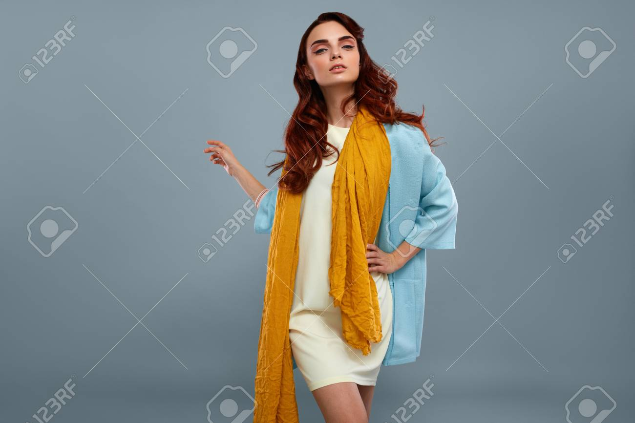 Style De Femme Et De La Mode. Portrait Of Belle Sexy Model Girl In  Vêtements à La Mode élégante, Robe Blanche, Lumière Blue Coat Jacket, Jaune  Echarpe ... 85b36212019