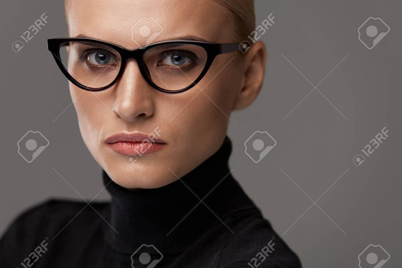 Frauen Brillen. Schöne Sexy Junge Frau Mit Natürlichem Gesicht Make ...