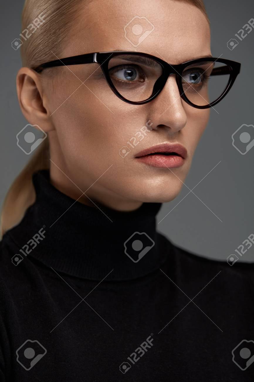 Gafas De Mujer. Hembra Atractiva En El Marco óptico Negro Del Diseño ...