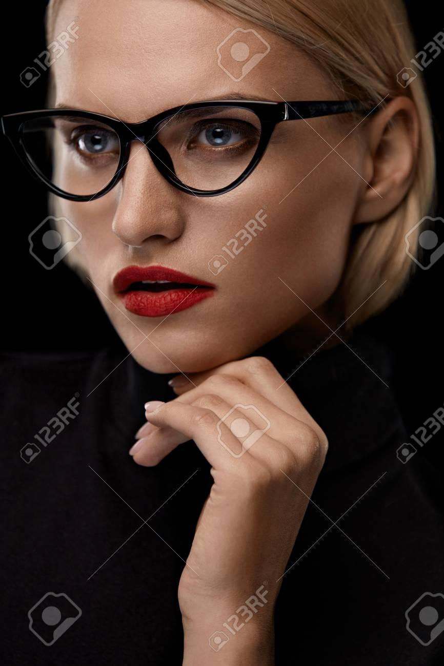 Fashion Make-up-Modell Mit Roten Lippen Und Schwarz-Augen-Gläser ...