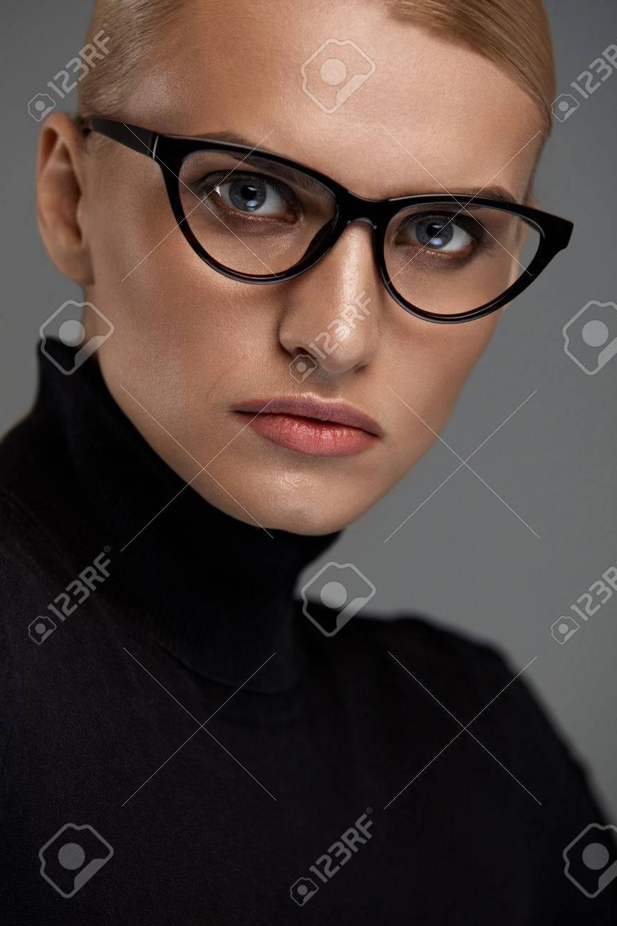 b7530a95c6 Las Mujeres Gafas De Moda. Mujer Atractiva En El Diseño Del Ojo De Gato  Negro Marco óptico, Gafas. Retrato De Mujer Joven Atractiva Hermosa Con  Maquillaje ...