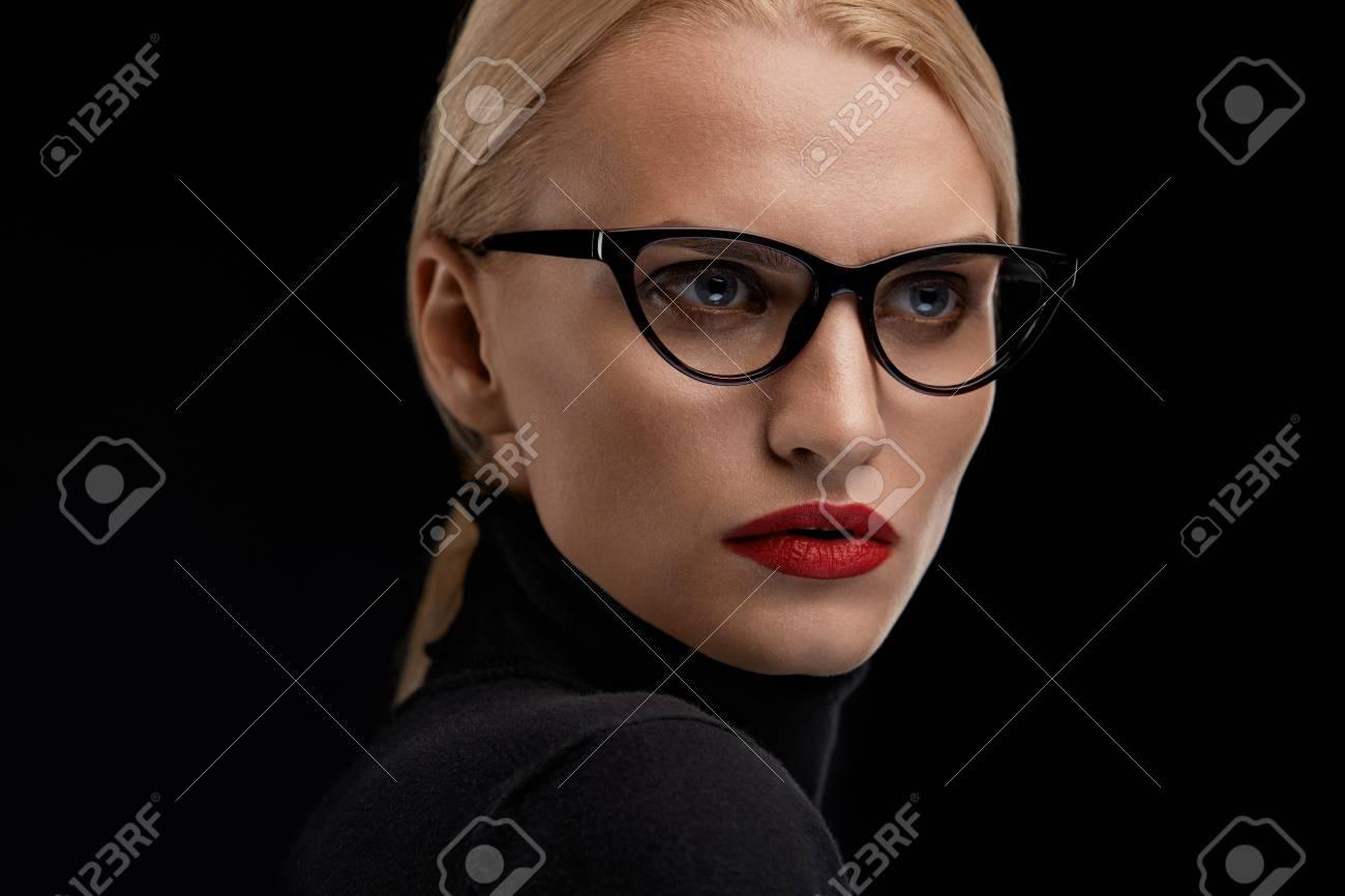 16d65e1df5eeb Modèle De Femme à La Mode Des Lunettes. Belle Fille Avec Maquillage Visage  Sexy