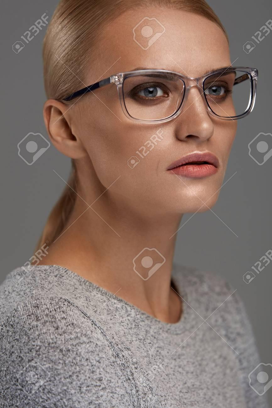 Weibliche Brillen. Attraktives Blondes Mädchen Mit Natürlichem ...