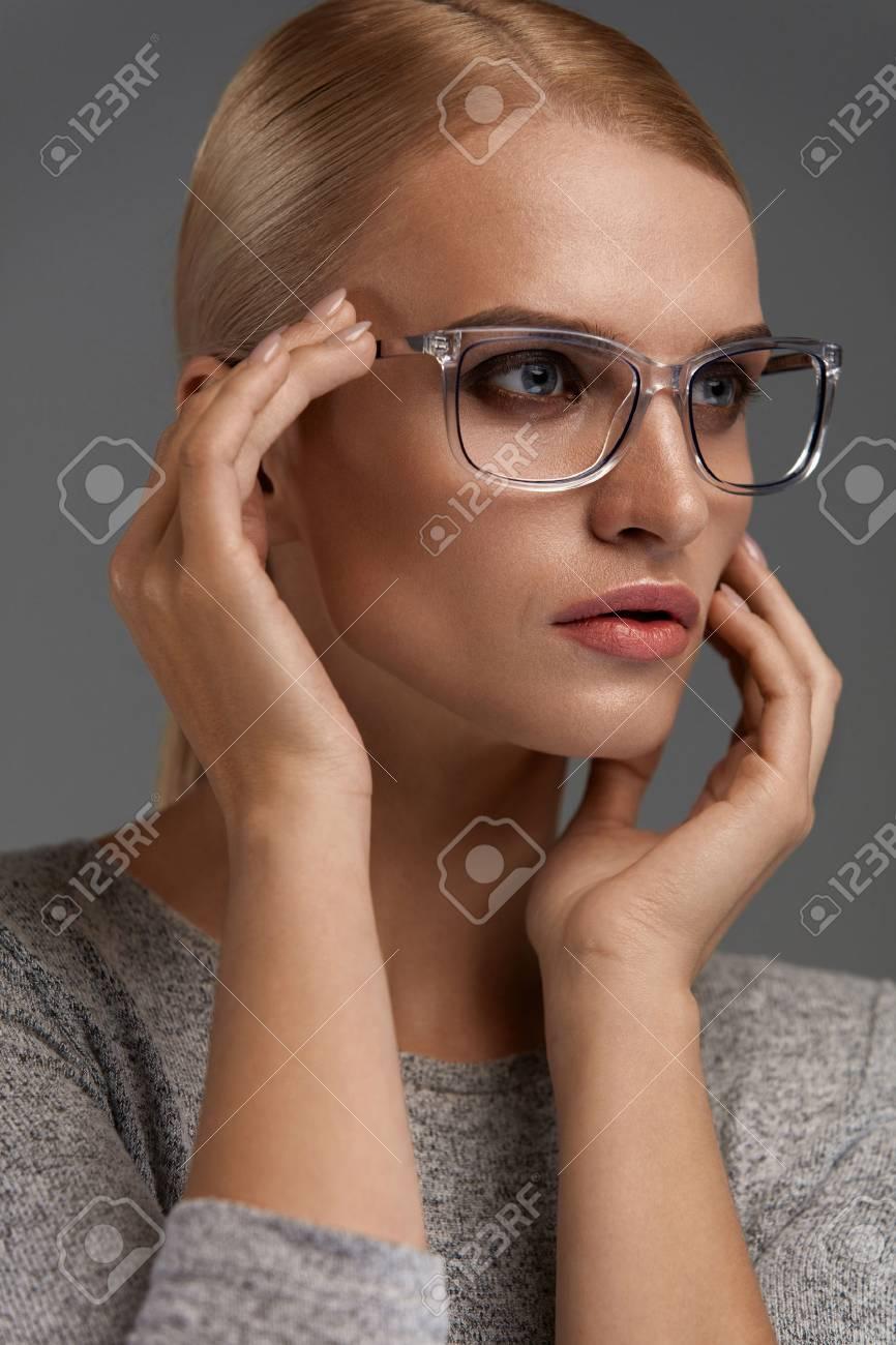 tienda buscar original estilo distintivo Las mujeres gafas de moda. Mujer joven hermosa atractiva utilice gafas  ópticas con estilo en fondo gris del retrato. Modelo atractivo de la  muchacha ...