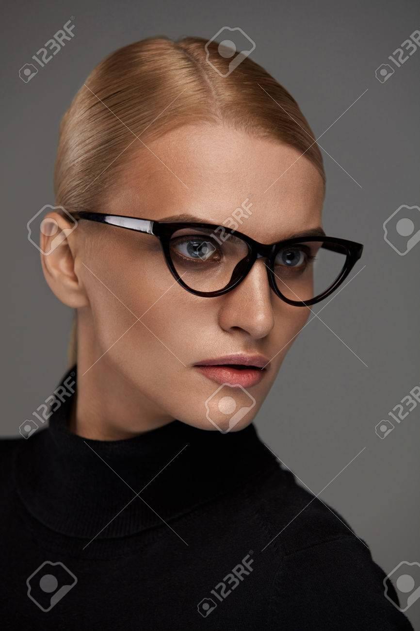 ae09b790058dd Lunettes Femmes. Belle Jeune Femme Sexy Avec Maquillage Visage Naturel à La  Mode élégant Lunettes Optiques Sur Fond Gris. Jolie Fille Porte Cadre De ...