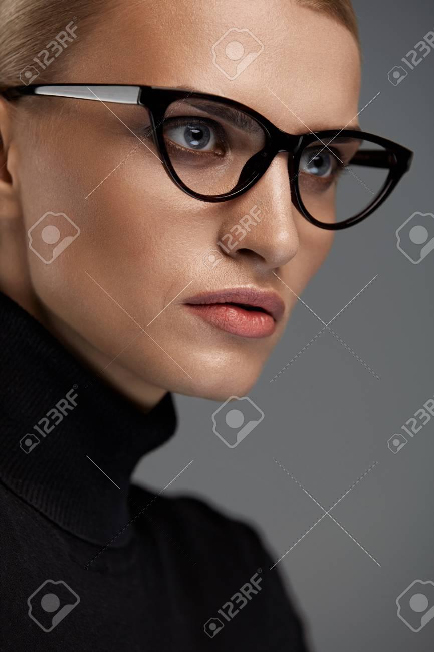 linda estilo atractivo gama completa de especificaciones Las mujeres gafas de moda. Mujer atractiva en el diseño del ojo de gato  Negro marco óptico, gafas. Retrato de mujer joven atractiva hermosa con ...