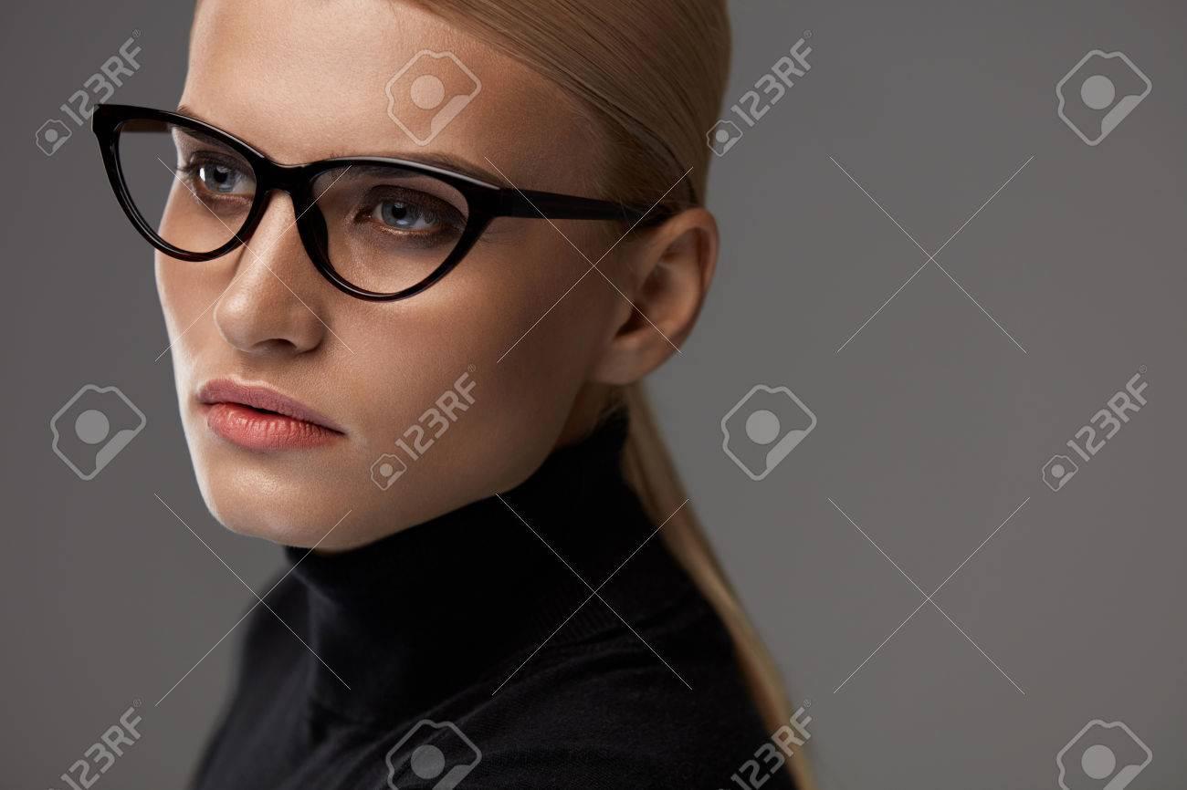 6becb9a632e27d Banque d images - Femmes Eyewear. Belle Sexy jeune femme avec naturel  Maquillage de visage En mode élégant optiques Lunettes sur fond gris.