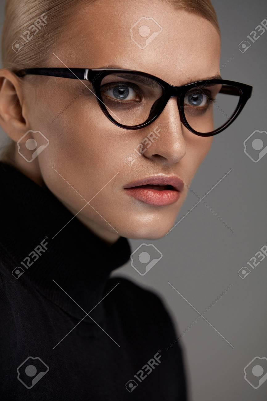 Weibliche Brillen. Portrait Der Schönen Jungen Frau Trägt Schwarze ...