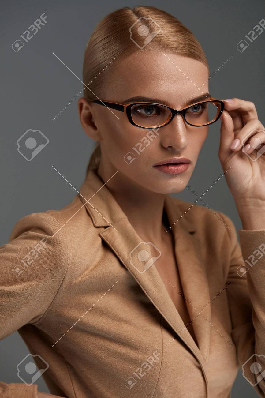 Weibliche Brillen. Schöne Frau Trägt Stilvolle Optische Augen-Gläser ...