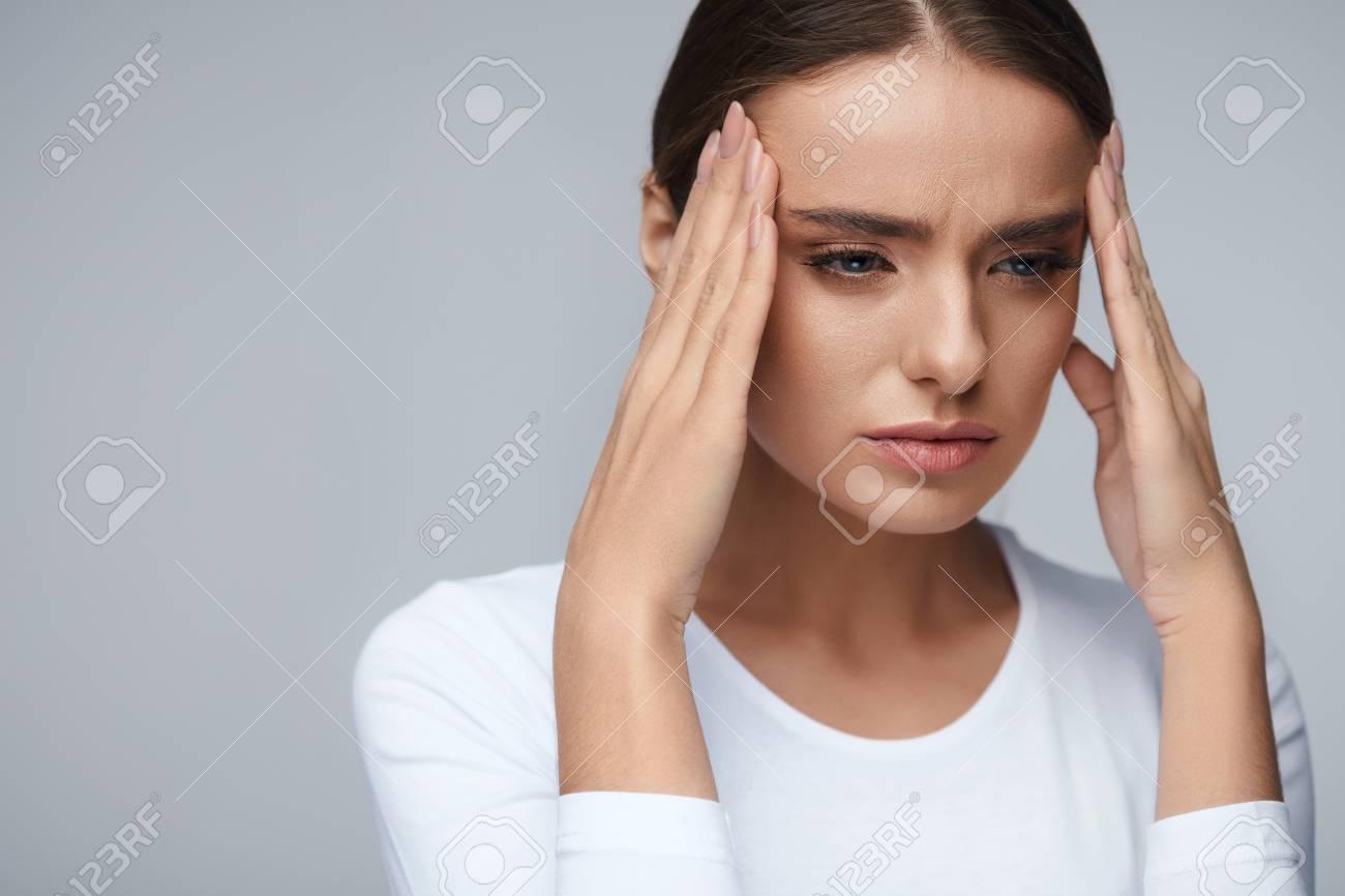 Santé Et La Douleur. Stressé Jeune Femme Ayant épuisé Forte Céphalée ...