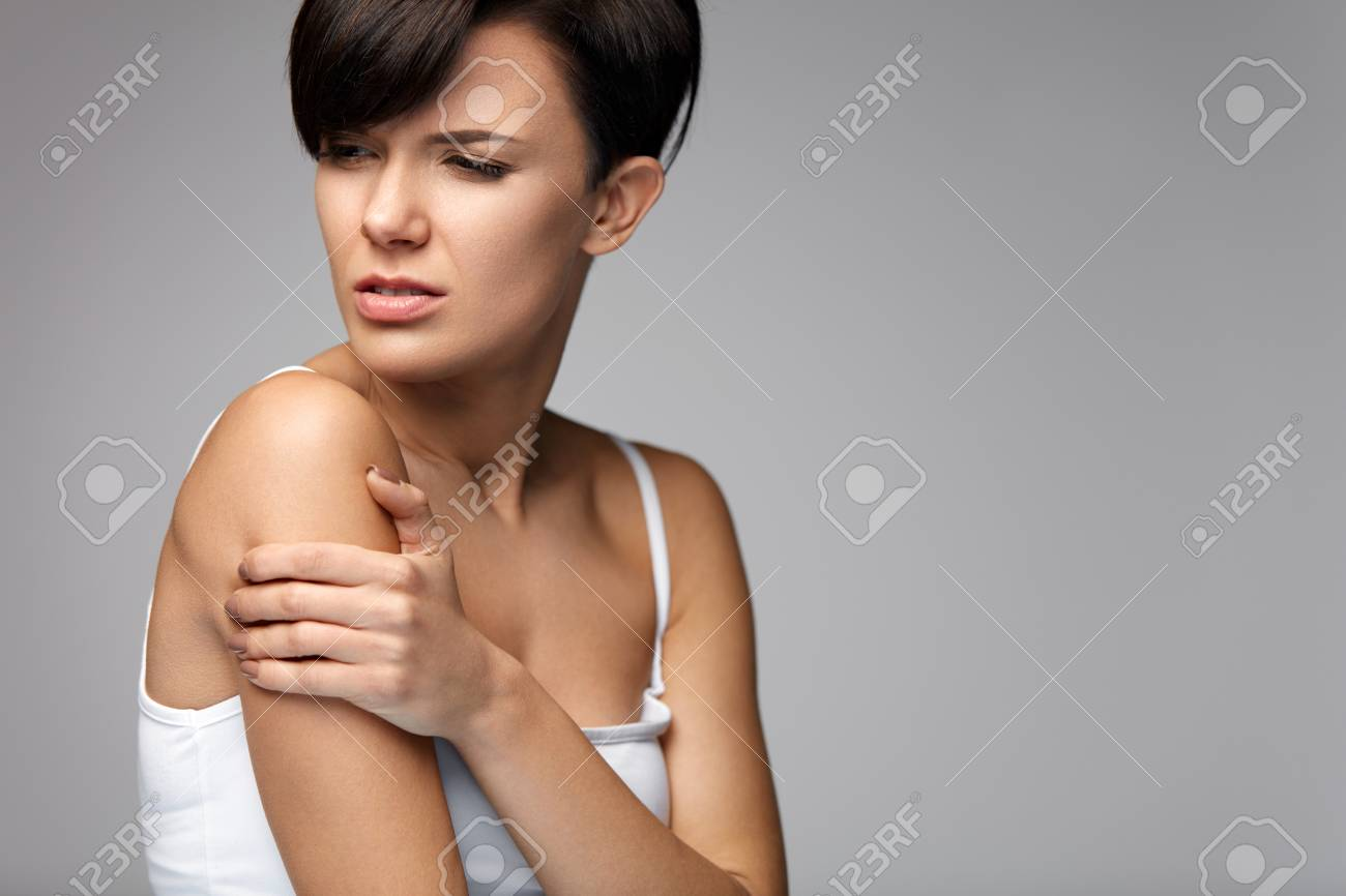 Arme Schmerz. Schöne Frau, Leiden Unter Schmerzhaftes Gefühl In Arm ...