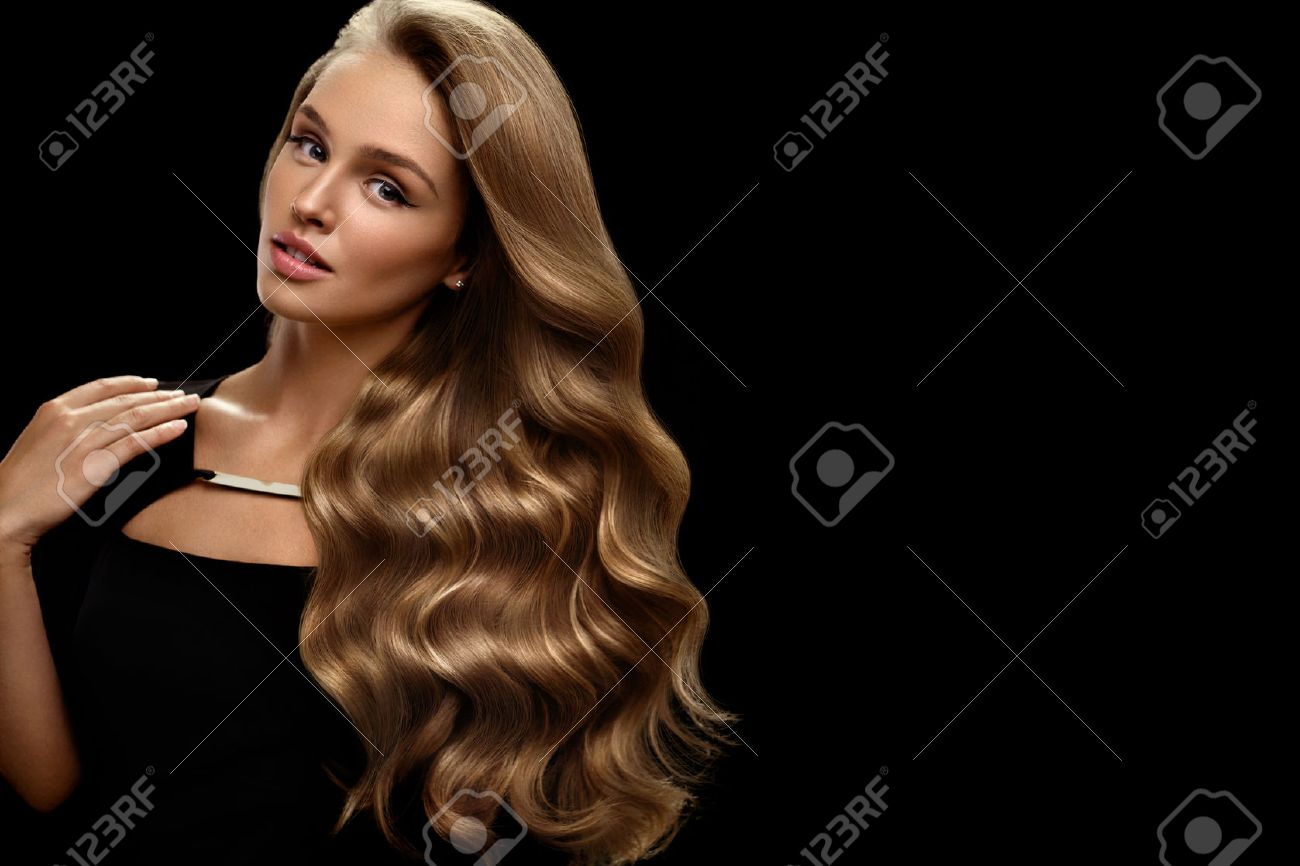 Hair Beauty And Makeup. Beautiful Fashion Girl Model With Perfect Blonde Hair Color And Gorgeous Face. Attractive Sexy Woman With Healthy Long Shiny Wavy Curly Hair Posing In Studio. High Resolution - 70474550