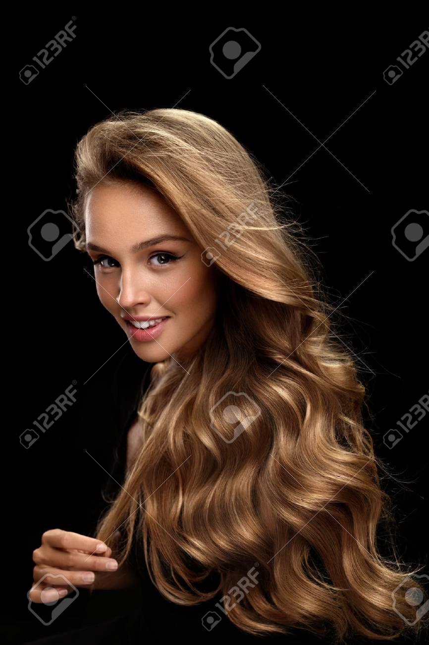 Cabello Rubio Rizado. Chica Modelo De Belleza Con Maquillaje Perfecto 4fdb86785fd7