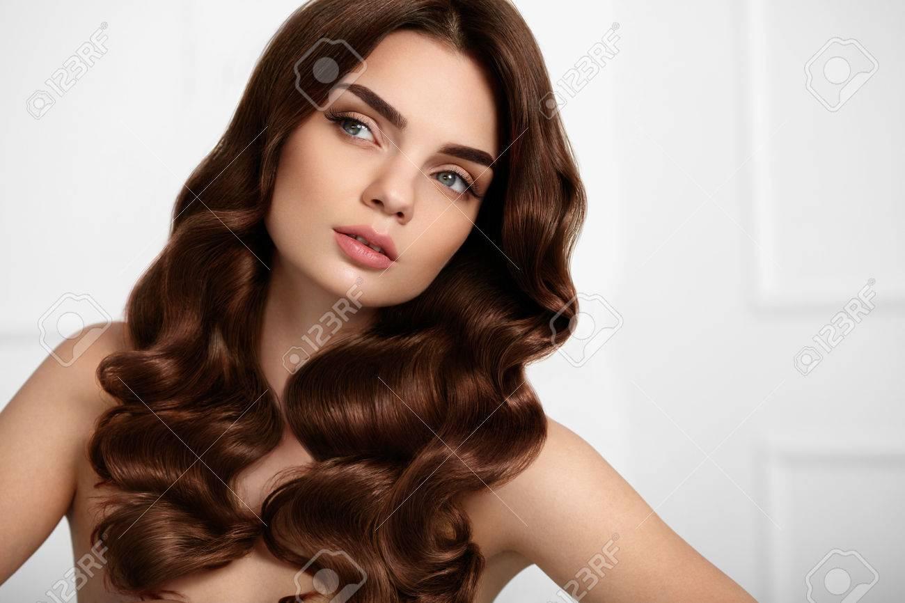 cabello saludable hermosa modelo de mujer con estilo de pelo rizado brillante largo ondulado
