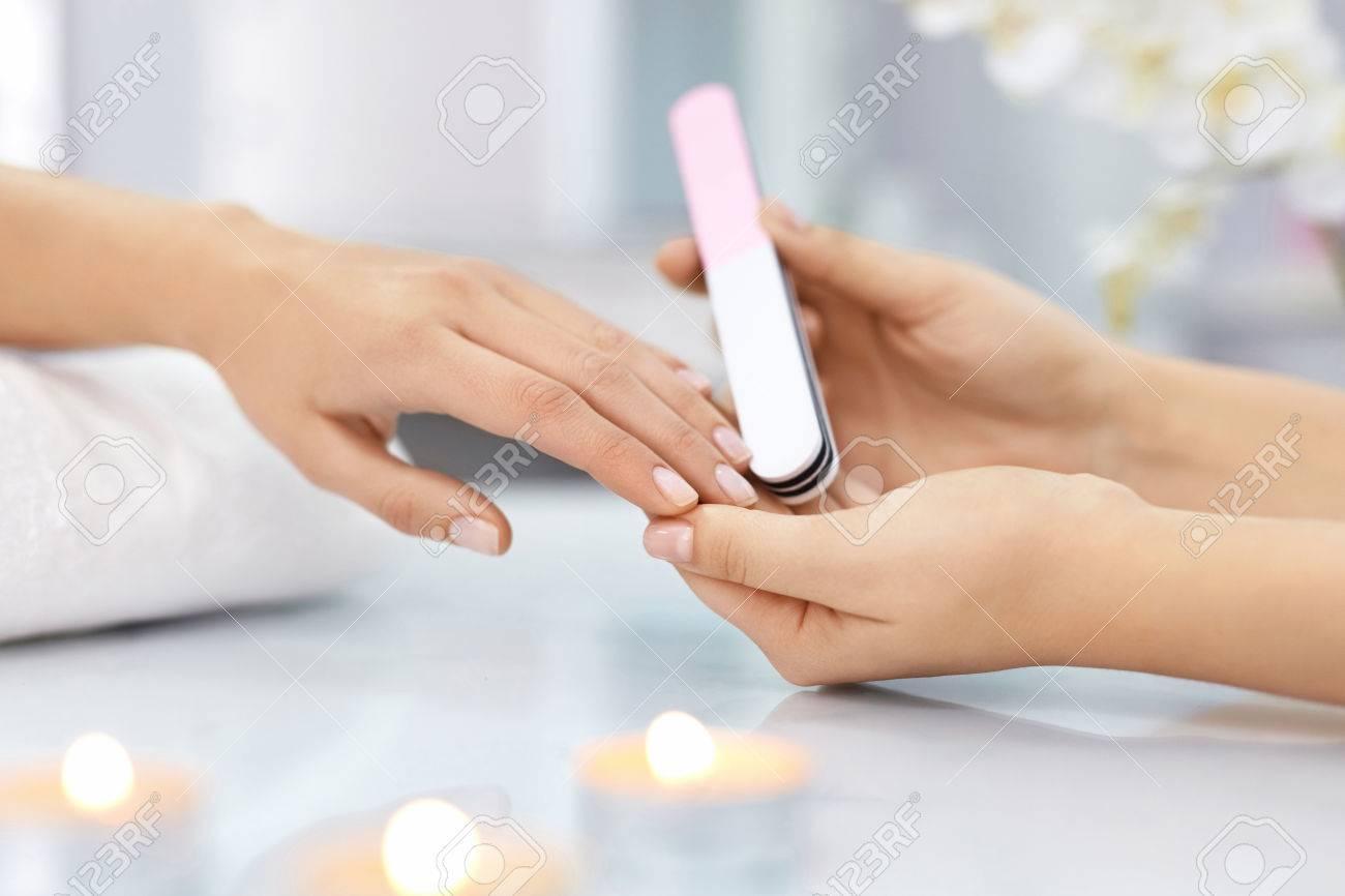 Nagelpflege. Nahaufnahme Der Weiblichen Hände, Die Nägel Mit ...