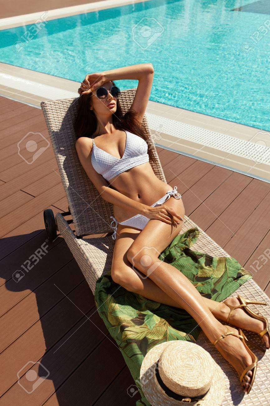 Femme Sexy En Bikini Baignade De Soleil Près De La Piscine En été. Beau  Modèle Féminin Avec Corps Chaud 38d64772361