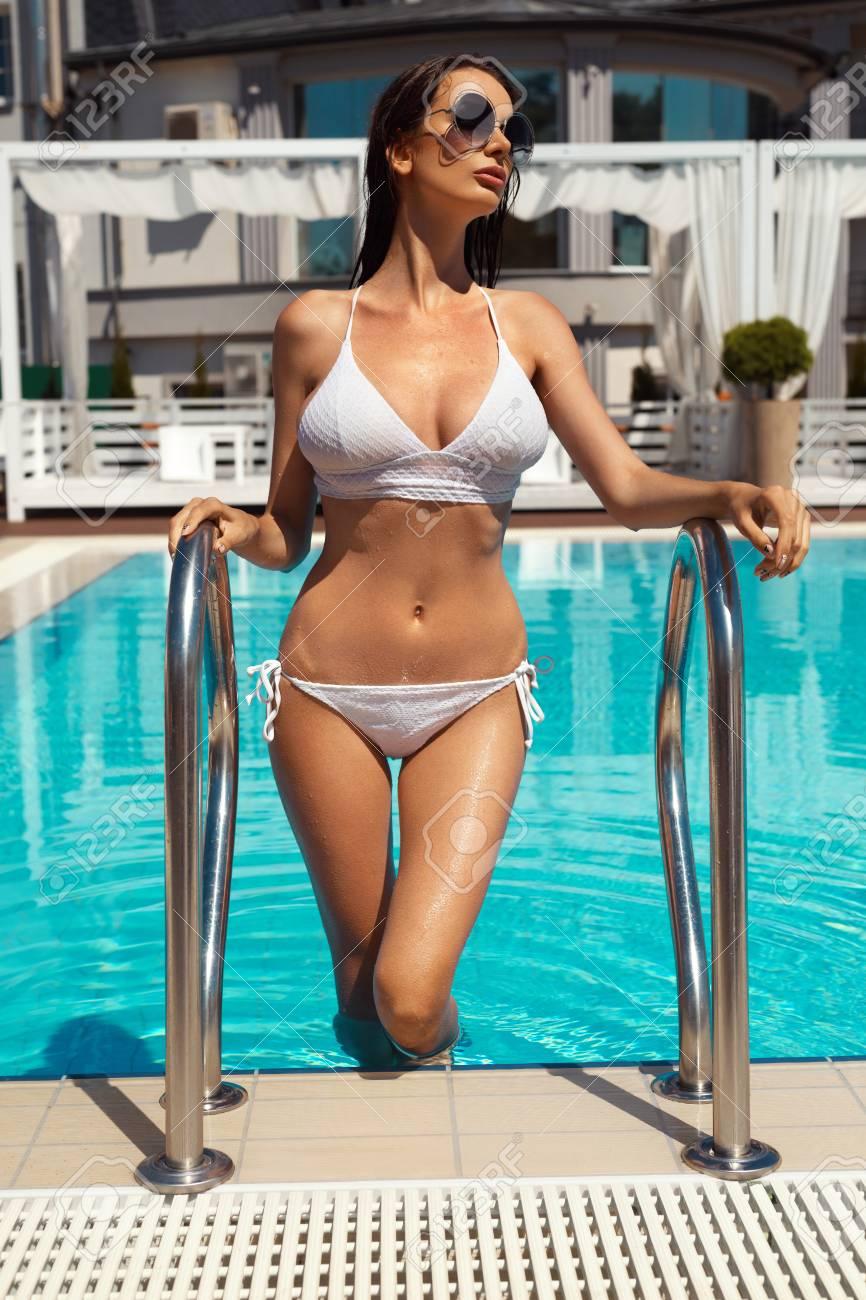 Femme Avec Un Corps Sexy En Bikini De Mode Sortant De L eau De Piscine.  Belle Fille à La Mode Avec Corps Chaud 9d5c6b7f727