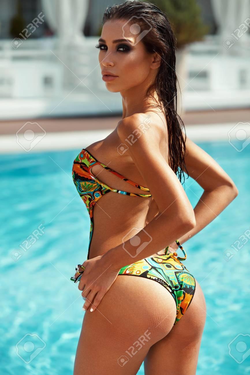 Sexy Girl With Fit Curvy Body Shape Fermes Fermees Peau Bronzee Dans Une Belle Combinaison De Bain En Bikini Colore Sunbathing At Swimming Pool At Luxury