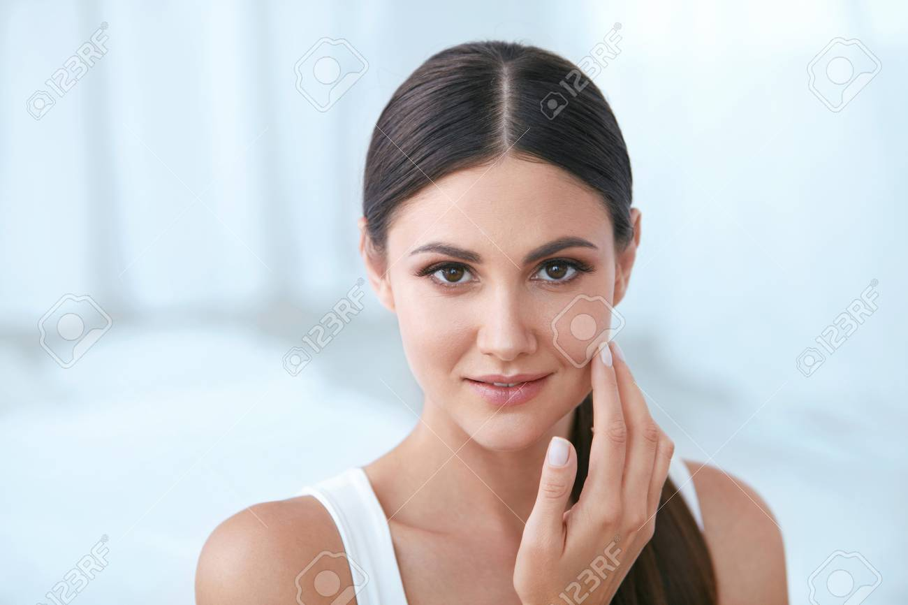 Natural Beauty. Woman With Beautiful Face, Soft Healthy Skin And Natural Facial Makeup In White Interior. High Resolution - 111067849