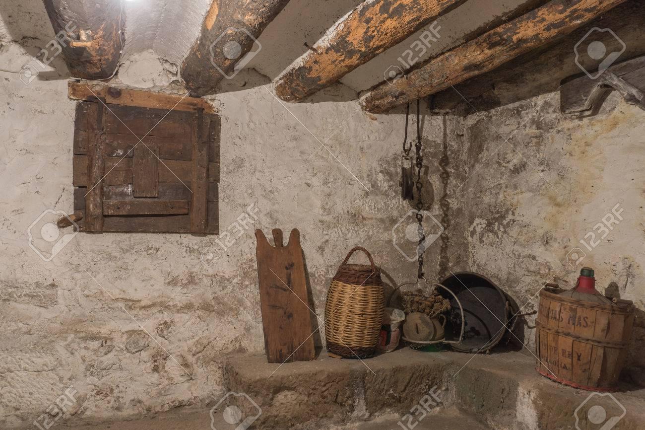 Sótano De Una Casa Antigua Con Vigas De Madera Y Paredes Con Humedad ...