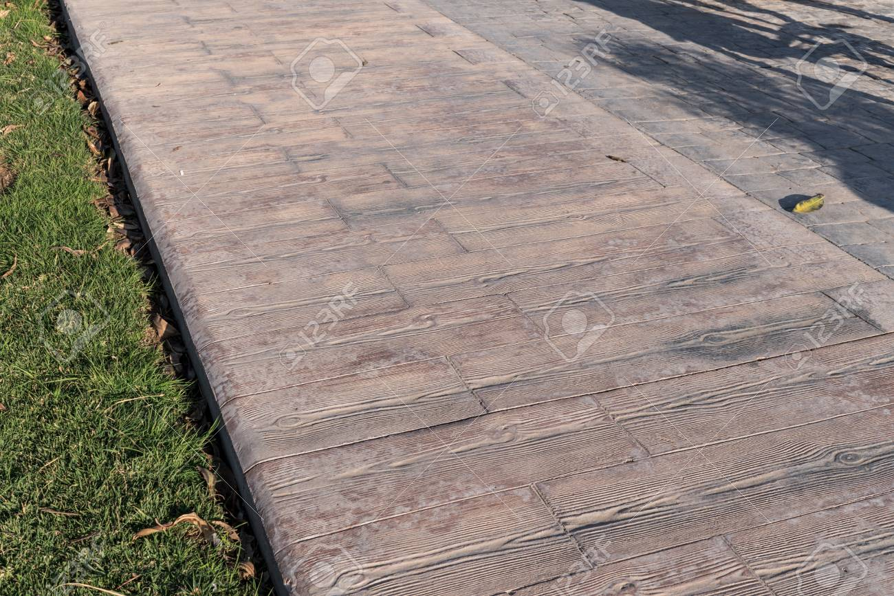 Revetement Pour Sol Exterieur trottoir de béton estampillé extérieur, modèle de lattes en bois,  revêtement de sol extérieur, jointure de deux modèles différents, texture  décorative