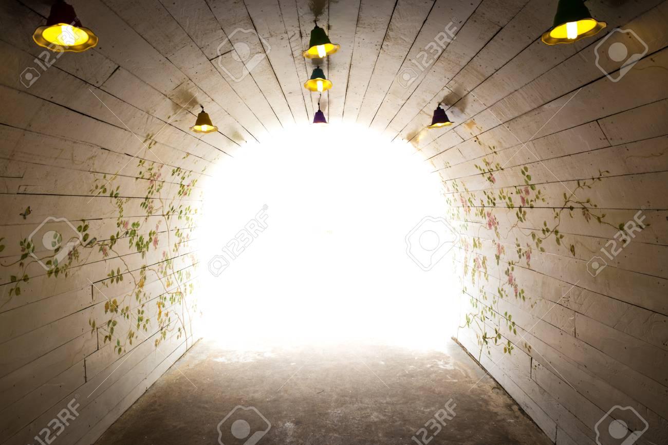 花柄の壁紙が光の道を歩く の写真素材 画像素材 Image 31038323