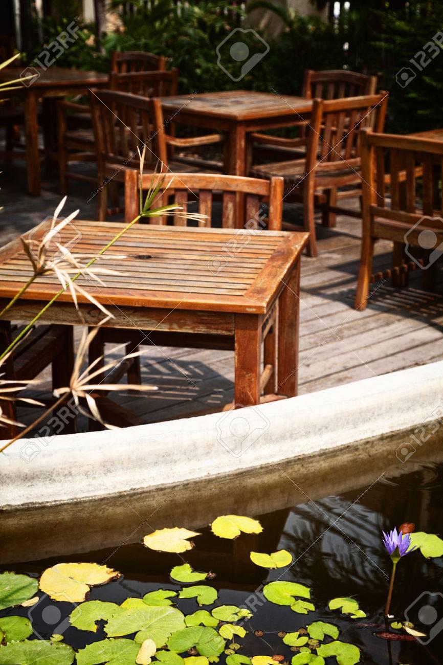 Caffe Esterno Patio Con Vecchi Tavoli In Legno E Sedie In Shabby