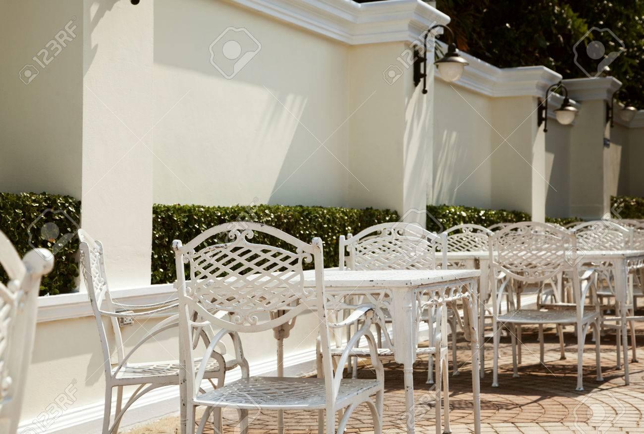 Vacía Café Al Aire Libre En El Hotel. Muebles De Hierro Forjado ...
