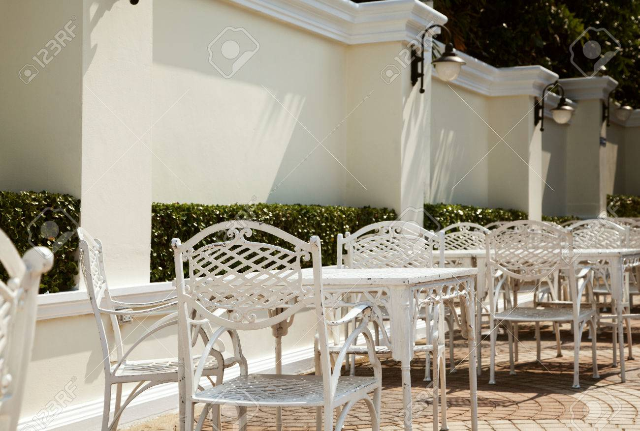 Mobili In Ferro Battuto.Vuoto Caffe All Aperto In Hotel Mobili In Ferro Battuto Fila Di Tavoli Bianchi Con Sedie