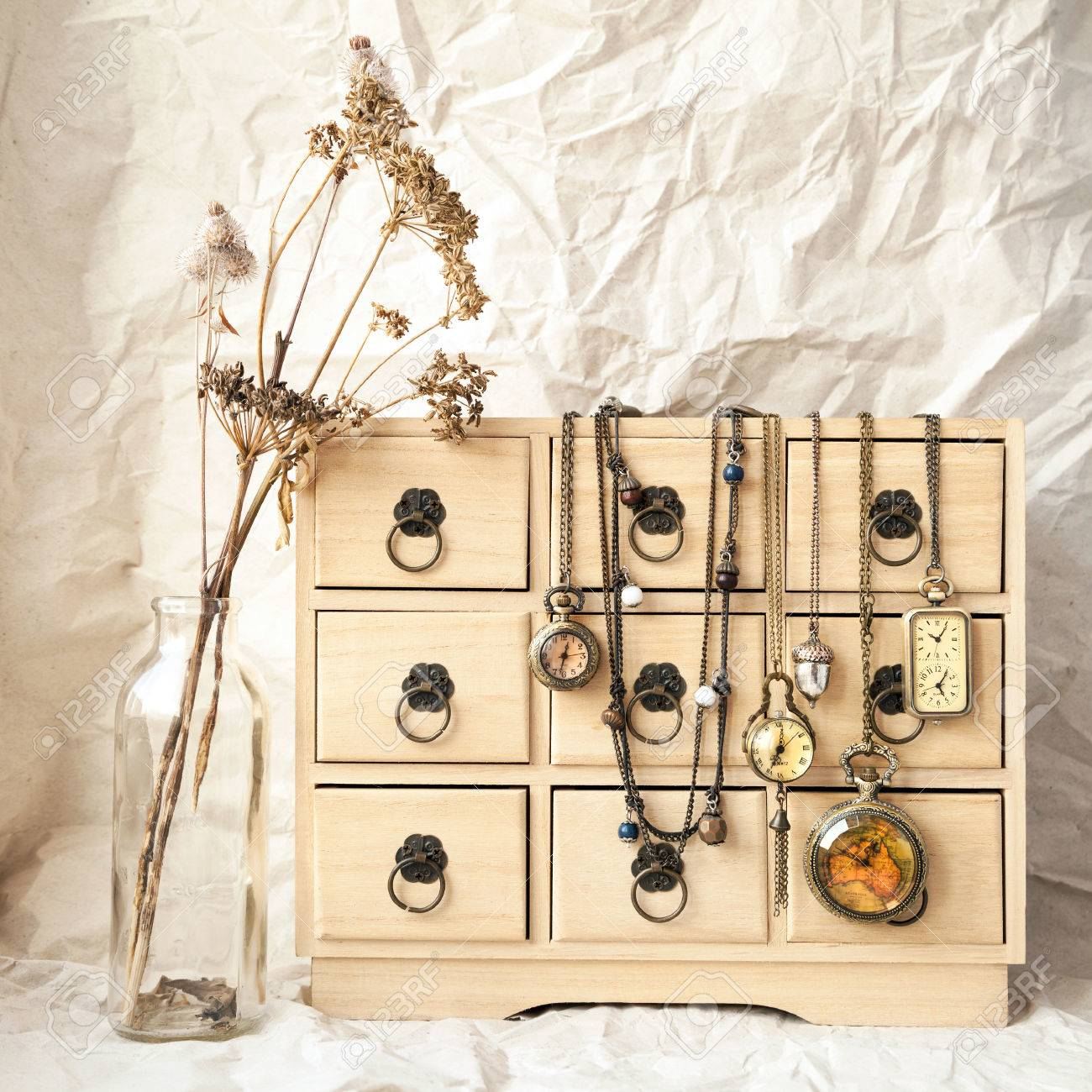 Rangement Pour Le Bois quelques vieilles montres de poche vintage sur une boîte de rangement pour  bijoux en bois, notion de temps. nature morte rétro - fleurs sauvages