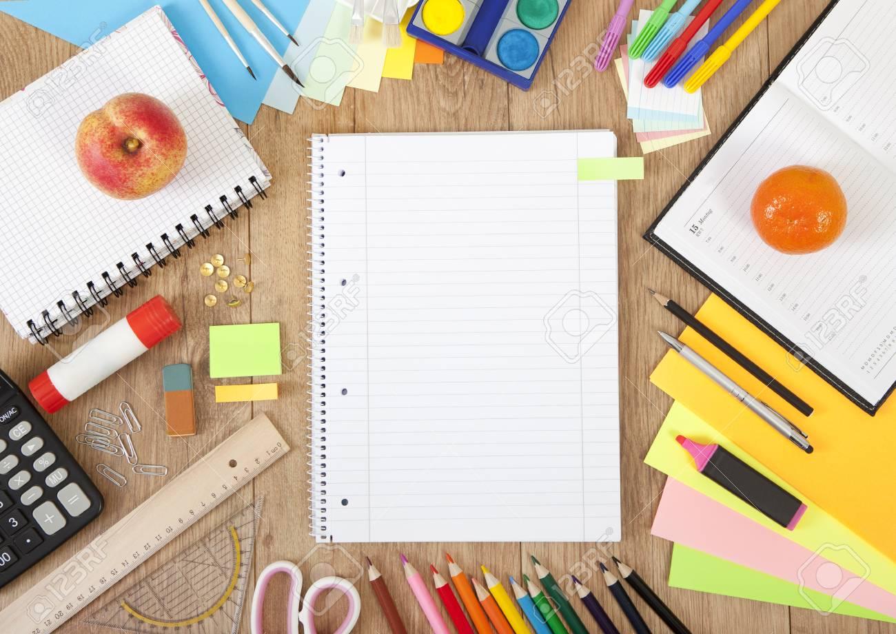 Disegnare Una Scrivania.Su Una Scrivania Con Penne E Accessori Per Disegnare Un Quaderno