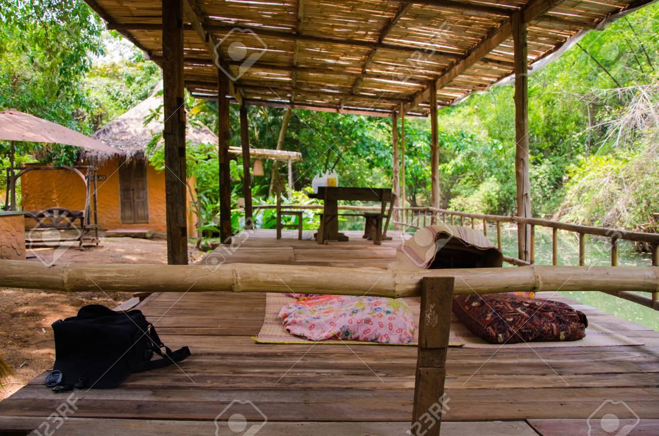 terrasse en bambou au bord de la rivière pour des vacances en