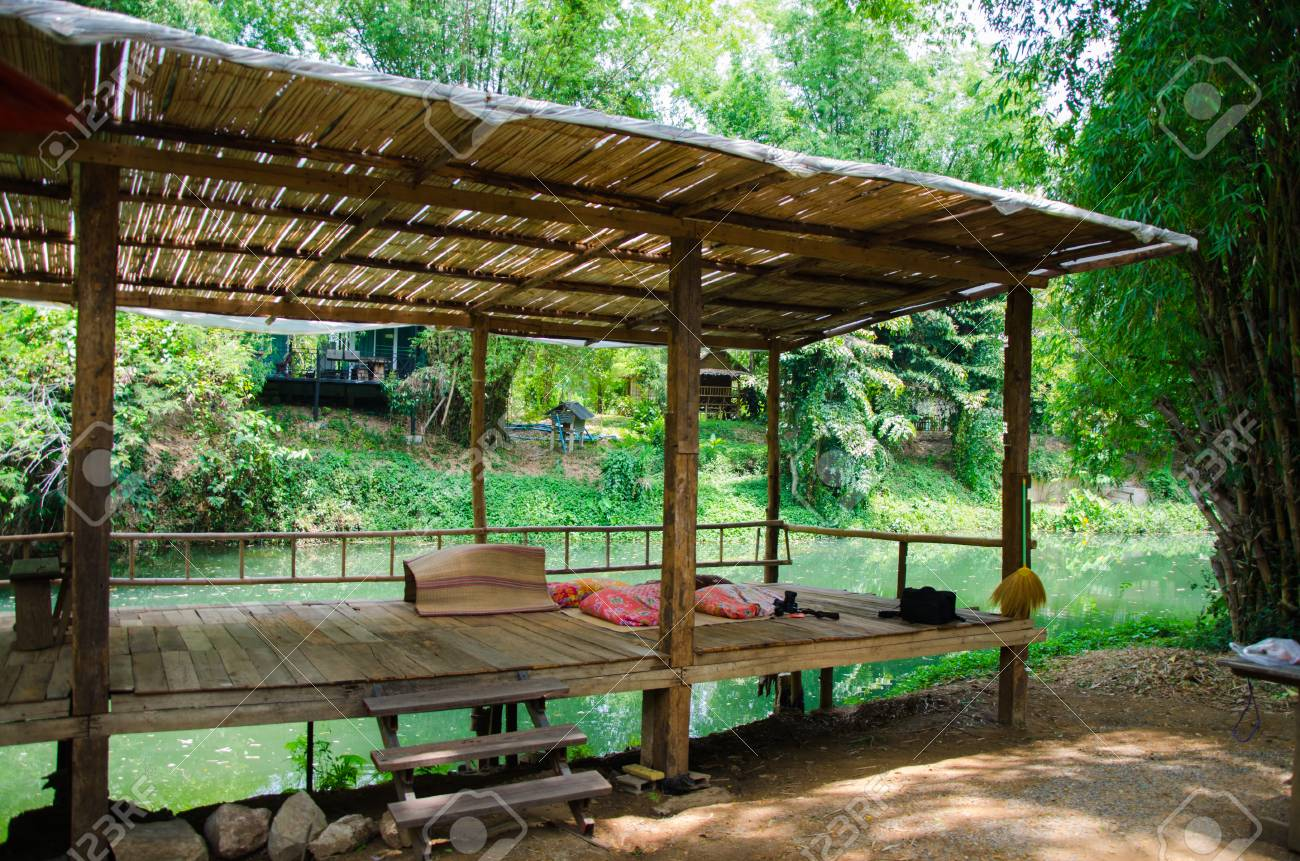 Bambus Terrasse Am Fluss Fur Einen Familienurlaub Lizenzfreie Fotos