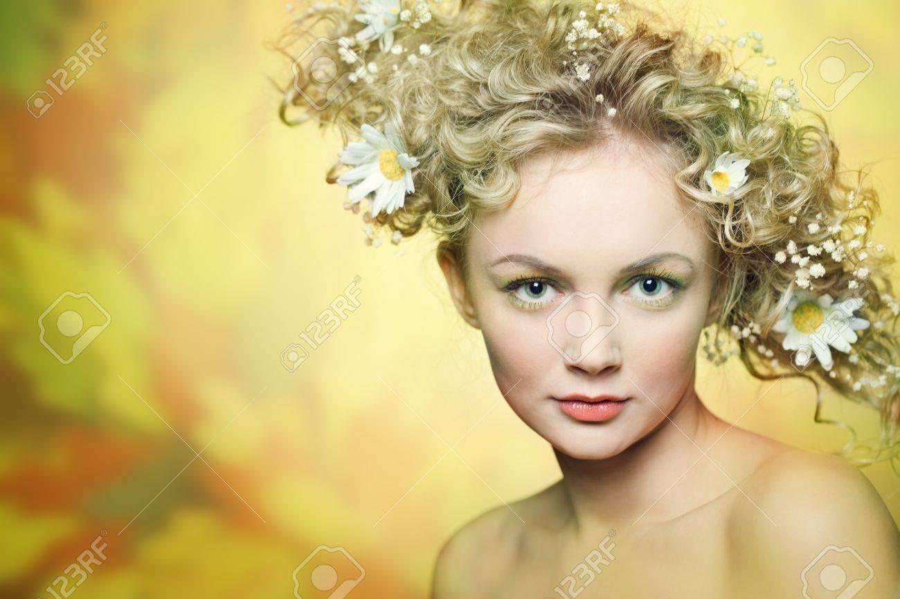 красивая девушка с цветами фото